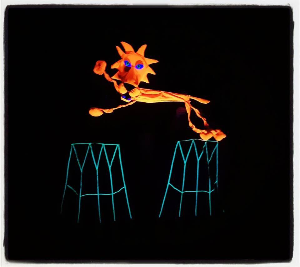 ale cyrk, teatr czarnego tła