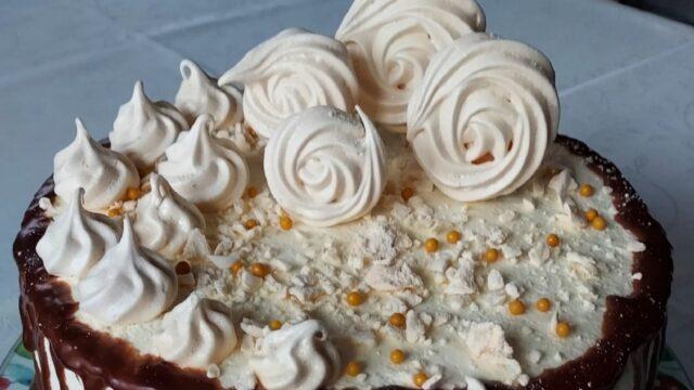 tort ajerkoniakowy z bezami